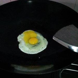 Fry the egg in the wok